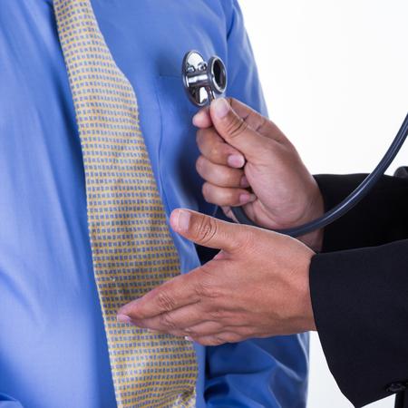 physical exam: Ritratto di un medico di eseguire polmoni cuore torace esame fisico ascolta con lo stetoscopio