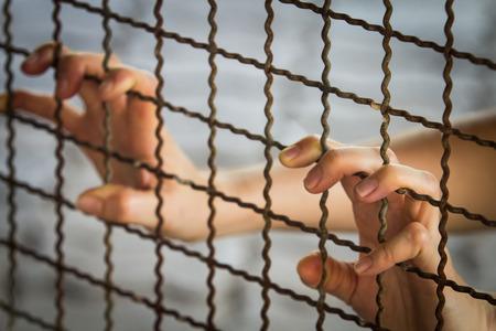 Gefangener Hand in Eisen Gefängnis, keine Freiheit Standard-Bild - 27366283
