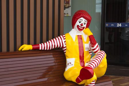 BANGKOK, THAILAND - APRIL 10: Ronald McDonald Charakter sitzt auf der Bank bei McDonalds Restaurant am 10. April 2014 in Bangkok, Thailand. McDonalds Corporation ist der weltweit größte Burger Fastfood-Restaurants. Standard-Bild - 28398321