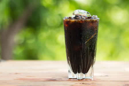 Black coffee with ice on  wooden table Banque d'images