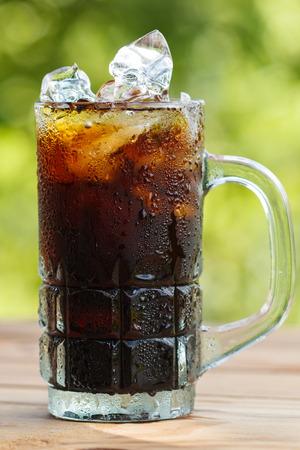 Schwarzer Kaffee mit Eis auf Holztisch Standard-Bild - 29220204