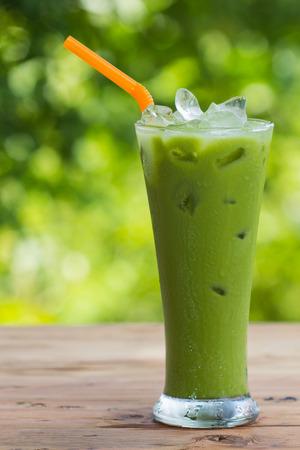 Grüner Tee in einem Glas auf einem grünen. Standard-Bild - 29220273