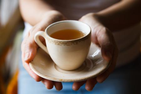Recht asiatische Frau trinkt Tee für die Gesundheit. Standard-Bild - 31238997