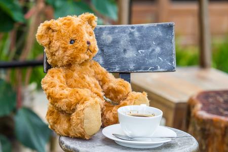 Teddybär mit einem Kaffee am Morgen. Standard-Bild - 32956594