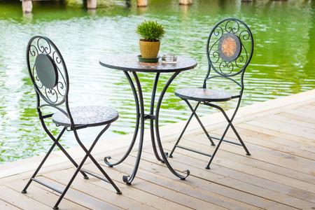 Vintage-Stil Stuhl am Flussufer Standard-Bild - 33753850