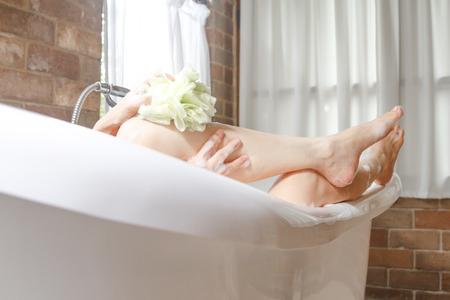 Nahaufnahme Bein Frauen unter der Dusche in der Badewanne Standard-Bild - 34395954