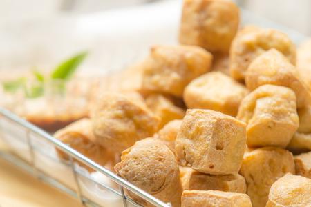 Gebratener Tofu mit scharfer Erdnusssauce auf Schneidebrett Standard-Bild - 34395989