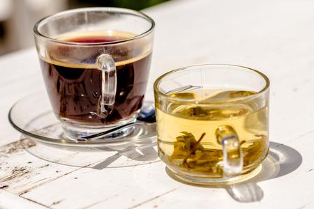 Kaffee mit Tee auf weißen Holztisch Standard-Bild - 34396014