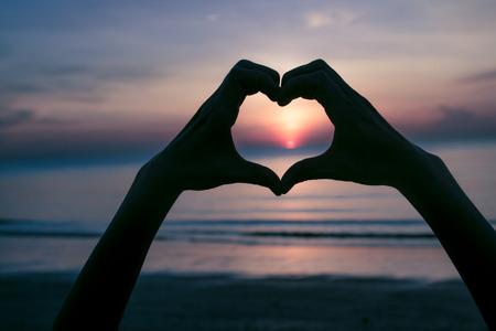 Hand-Symbol bedeutet, Liebe auf den Sonnenuntergang am Strand Standard-Bild - 37630361