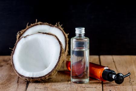 aceite de coco: de coco, aceite de coco, aceite de jengibre para spa natural en madera