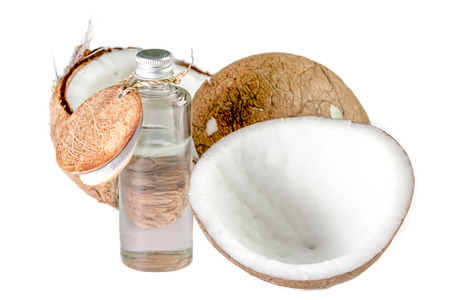 Kokosnuss und Kokosnussöl für natürliche Spa auf weißem Hintergrund Standard-Bild - 38340150