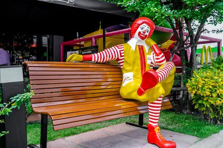 BANGKOK, THAILAND-Januar 31: Ronald McDonald Charakter sitzt auf der Bank, vor McDonalds Restaurant in Thailand am 31. Januar 2015 Standard-Bild - 38360973