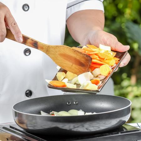 Chefkochen für gebratene Schweinefleisch und Gemüse in der Küche im Freien Standard-Bild - 38371898