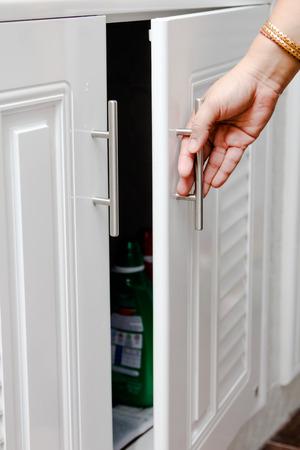 Hand Öffnen des Gehäuses in der Küche Standard-Bild - 39103937