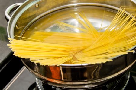 Boiling spaghetti in heißem Wasser Standard-Bild - 40062576