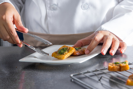 making bread: cocinero haciendo pan con carne de cerdo picada propagaci�n