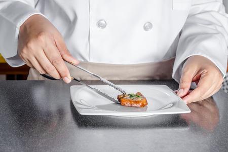 haciendo pan: cocinero haciendo pan con carne de cerdo picada propagaci�n
