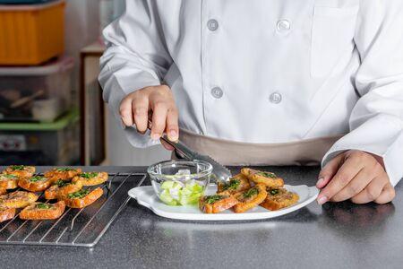 haciendo pan: cocinero haciendo pan con carne de cerdo picada propagación