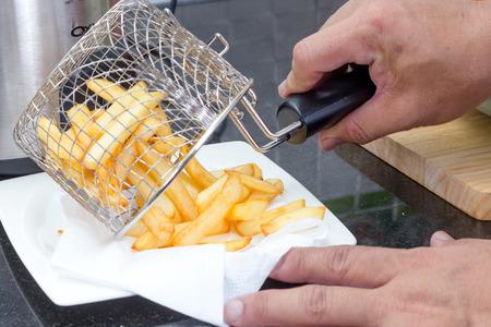 Französisch frites in Metallkorb auf dem Teller