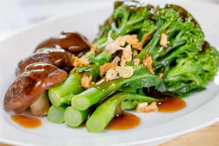 comidas saludables: Salteado de brócoli en el plato Foto de archivo