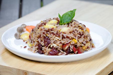 Gebratene brauner Reis mit Gemüse und gebratenen Eiern Standard-Bild - 50759334
