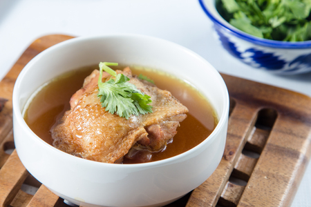 sopa de pollo: sopa de pollo con hierbas chinas