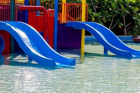 Blaue Wasserrutsche im Pool Standard-Bild - 56838897