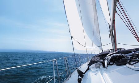 bateau voile: Le yacht se déplace le long de la côte