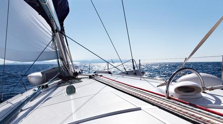 ヨットは海岸に沿って移動します。