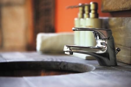llave de agua: lavabo de madera en el baño