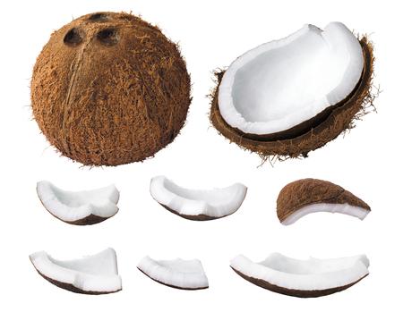 Pezzi di cocco isolati su uno sfondo bianco.