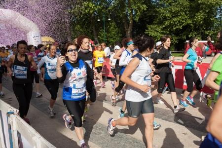 no correr: MILAN, Italia - 19 de mayo: Miles de mujeres que participan en el Avon corriendo re�nen y recorren la ciudad no s�lo por la competencia, sino tambi�n para promover un estilo de vida saludable y activo en Mil�n el 19 de mayo 2013