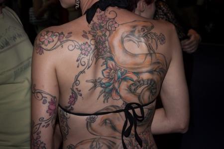 tattoed: MILAN, Italia - 6 de julio: La gente visita Tatuami evento importante dedicada al mundo de los tatuajes en Mil�n el 6 de julio de 2013 Editorial