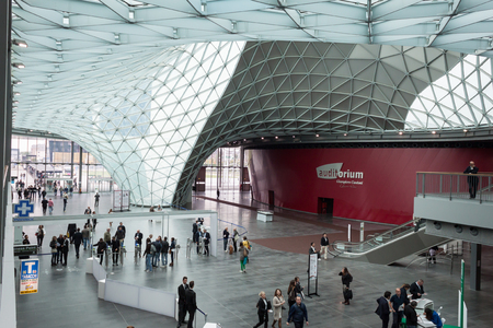 MILANO, ITALIA - 3 ottobre Persone visitano Made Expo, internazionale di architettura e edilizia show su 3 ottobre 2013 a Milano