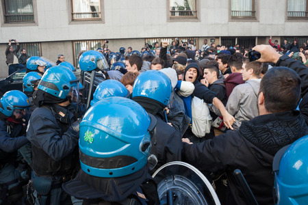 clash: MILAN, Italia - el 11 de octubre los estudiantes de la escuela secundaria enfrentamiento con la polic�a mientras protestaba contra los recortes de dinero en la escuela p�blica el 11 de octubre de 2013 en Mil�n Editorial
