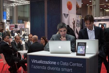 MILANO, ITALIA - 23 ottobre La gente visita Smau, fiera internazionale delle tecnologie della comunicazione dell'informazione sul 23 ottobre, 2013 a Milano