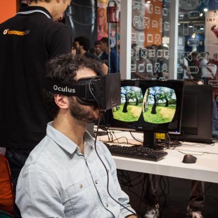 MILANO, ITALIA - 26 ottobre Guy cerca un auricolare realtà virtuale alla Games Week 2013, evento dedicato ai videogiochi e enterteinment elettronica su 26 Ottobre 2013 a Milano