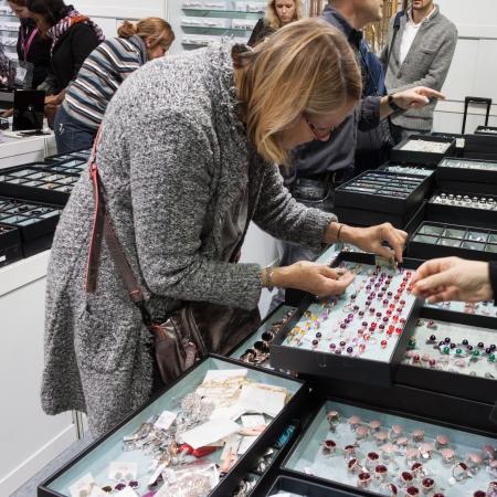 MILANO, ITALIA - 15 novembre Persone visitano Chibimart 2013, mostra dedicata a bigiotteria, accessori moda, pietre dure e prodotti etnici su 15 Novembre 2013 a Milano