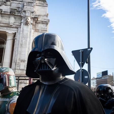 MILANO, ITALIA - 26 gennaio: Popolo della 501st Legion, l'organizzazione ufficiale di costumi, partecipano alla parata di Star Wars indossando costumi perfettamente accurate su 26 gennaio 2013 a Milano. Editoriali
