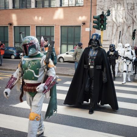 MILANO, ITALIA - 26 gennaio: Popolo della 501st Legion, l'organizzazione ufficiale di costumi, partecipano alla parata di Star Wars indossando costumi perfettamente accurati su 26 gennaio 2013 a Milano.
