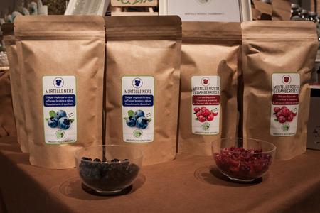 disciplines: MILAAN, ITALIË - FEBRUARI 7: Droog bosbessen en cranberry's voor infusie te koop bij Olis Festival, evenement gewijd aan holistische disciplines, alternatieve geneeskunde en natuurlijke voeding op 7 februari 2014 in Milaan.