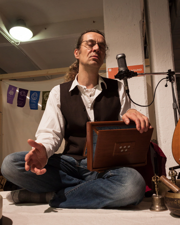 disciplines: MILAAN, ITALIË - FEBRUARI 7: Musicus zingt bij Olis Festival, evenement gewijd aan holistische disciplines, alternatieve geneeskunde en natuurlijke voeding op 7 februari 2014 in Milaan.