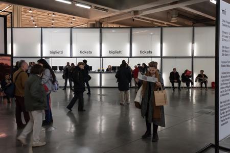 ミラノ、イタリア - 3 月 28 日: 人々 は Miart、2014 年 3 月 28 日にミラノの近現代美術の国際展をご覧ください。 報道画像