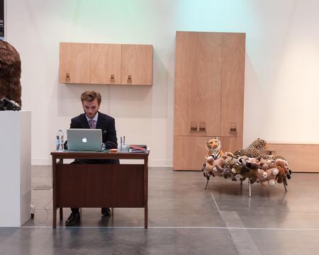 expositor: MILAN, Italia - 28 de marzo: Expositor en su stand en Miart, exposici�n internacional de arte moderno y contempor�neo el 28 de marzo de 2014 en Mil�n.