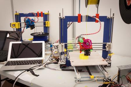 MILANO, ITALIA - 30 marzo: stampante 3d in mostra a Robot e Makers Milano Show, evento dedicato alla robotica e accessori per il 30 marzo 2014 a Milano. Editoriali