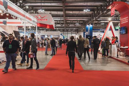 MILANO, ITALIA - 7 maggio: persone visitano Solarexpo, fiera internazionale per la promozione delle tecnologie energetiche innovative e rinnovabili Il 7 maggio 2014 a Milano. Editoriali