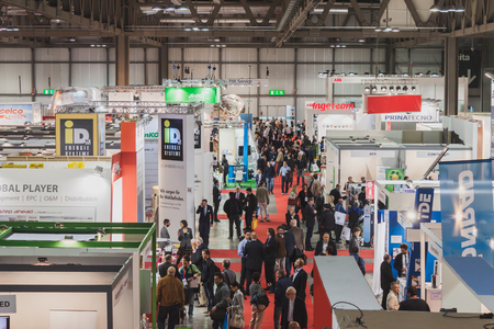 top 7: MILAN, Italia - 07 de mayo: Vista superior de las personas y cabinas en Solarexpo, exposici�n internacional para la promoci�n de tecnolog�as energ�ticas innovadoras y renovables en 07 de mayo 2014 en Mil�n.