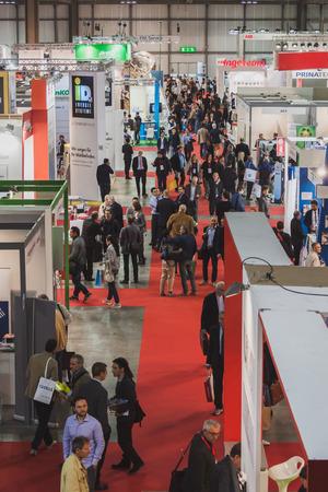 top 7: MILAN, Italia - 07 de mayo: Vista superior de las personas y las cabinas en Solarexpo, exposici�n internacional para la promoci�n de tecnolog�as energ�ticas innovadoras y renovables en 07 de mayo 2014 en Mil�n. Editorial