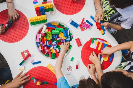 MILANO, ITALIA - 10 maggio: I bambini giocano a Lego Village, evento che si svolge nelle strade della città per promuovere la creatività e l'abilità manuale su 10 Maggio 2014 a Milano.