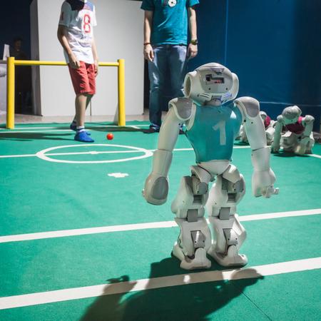 spqr: MILAN, Italia - 17 de mayo: Nao robot juega al f�tbol en Wired Siguiente Fest, evento dedicado al futuro, la innovaci�n y la creatividad en el 17 de mayo 2014 en Mil�n.